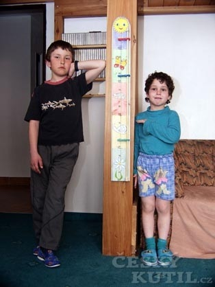 Dětský metr s kolíčky aneb kdo doroste výš
