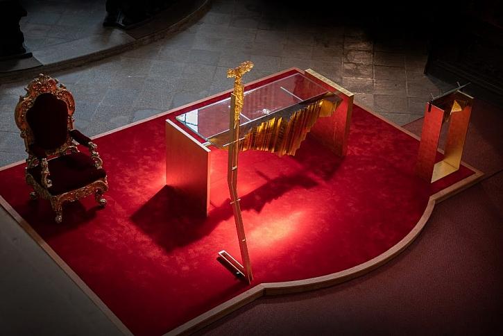 Díky práci Ateliéru VITRAJ vznikl nový obětní stůl, kříž a ambon (Zdroj: Ateliér VITRAJ)
