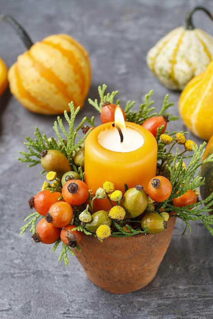 Svíčka uprostřed podzimního květináče vás okouzlí teplem a vůní