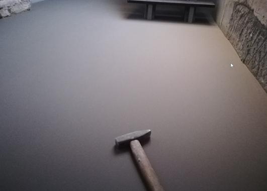 Vyrovnání podlahy pomocí samonivelační stěrky Knauf (Zdroj: Knauf)