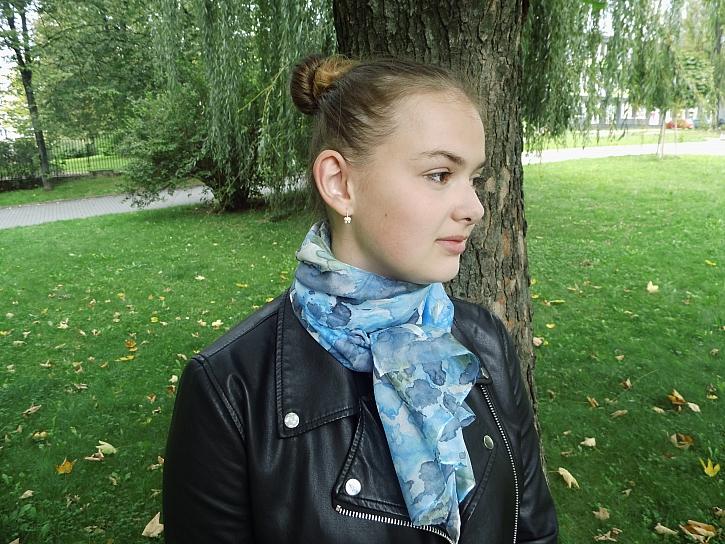 Batikovaný šál je trendy a navíc i praktický na podzimní nošení (Zdroj: Adriana Dosedělová)