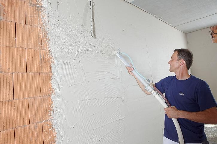 Muž u stěny