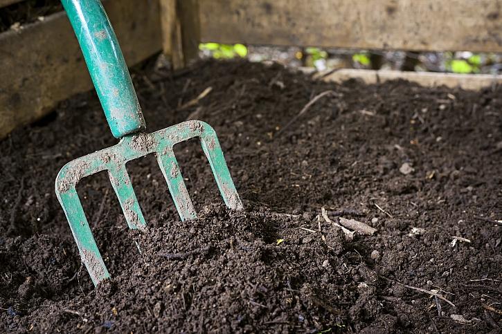 Hlína v kompostu