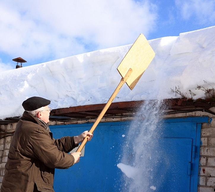Shazování sněhu ze střechy