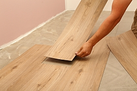 Pokládku vinylové podlahy zvládnete bez větších obtíží sami