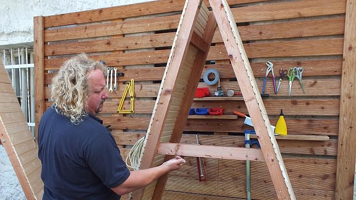 Jak vyrobit přístřešek na dřevo: do výšky cca 12 cm nad zem vložíme další příčku