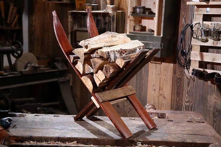 Ze starých lyží si vyrobíme vtipný stojan na dřevo (Zdroj: Prima DOMA)