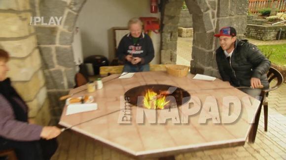 Stůl s ohništěm uvnitř