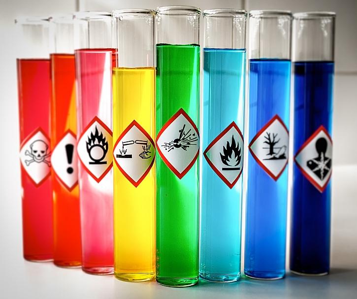 Poznáte symboly na nádobách s chemickými přípravky? (Zdroj: Depositphotos)