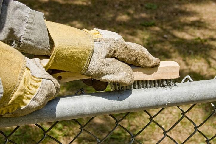 Kovové částí můžete snadno oškrábat a očistit kovovým kartáčem