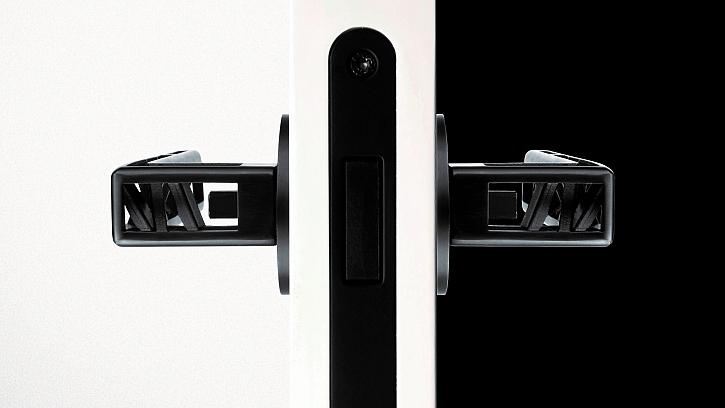 U magnetického zámku se střelka vyklápí až ve chvíli, kdy dojde k zavření dveří