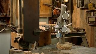 Nejen na chalupě se bude vyjímat praktický stojan na hrnečky z větve stromu