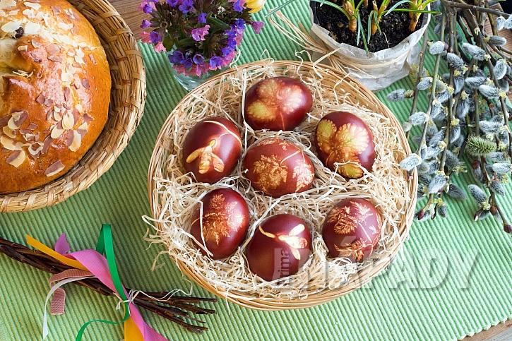 Ošatka s obarvenými vejci