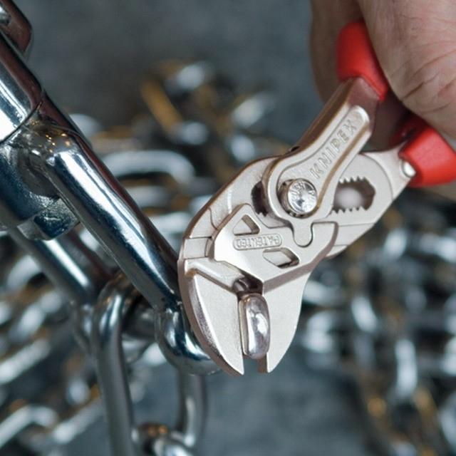 Jeden klešťový klíč za celou sadu stranových klíčů