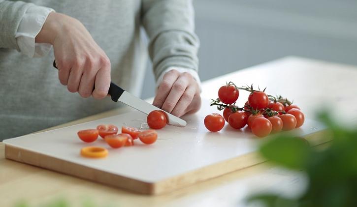 Při přípravě zeleniny i masa oceníte funkční prkénko Fiskars s plastovou omyvatelnou deskou, která vám ulehčí péči a mytí prkénka.