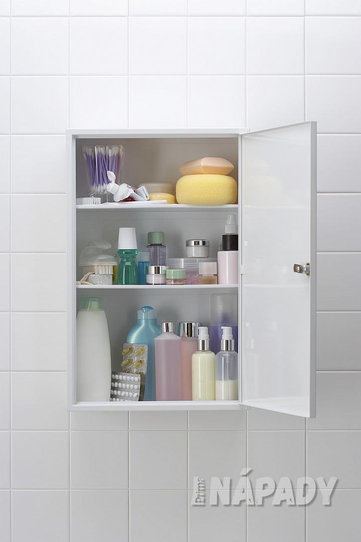 Závěsná uzavíratelná police s koupelnovými doplňky