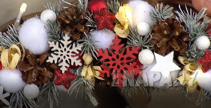 Vánoční světýlka a dekorace