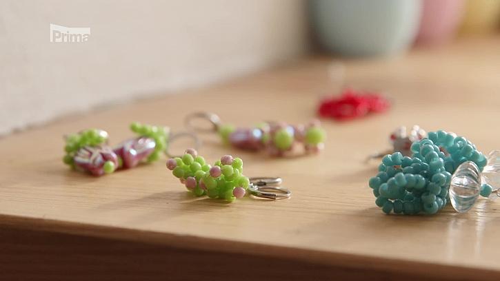 Víte, jak si vytvořit krásné korálkové náušnice s jarní tématikou? (Zdroj: Jarní korálkové náušnice)