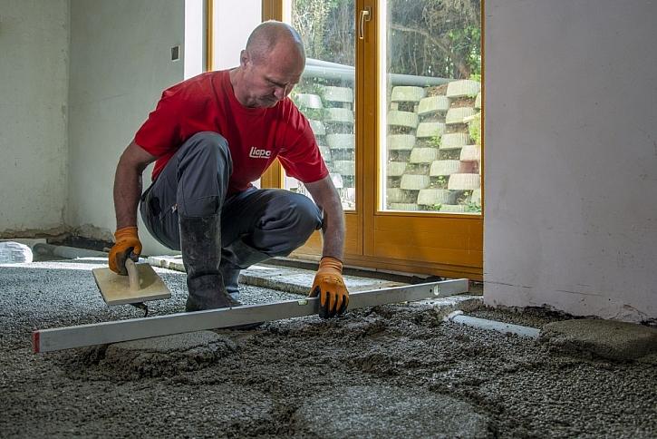 Beton se klade tradičním způsobem