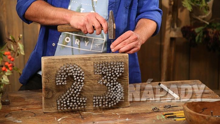 Originální domovní číslo: na desku přiděláme háčky na zavěšení