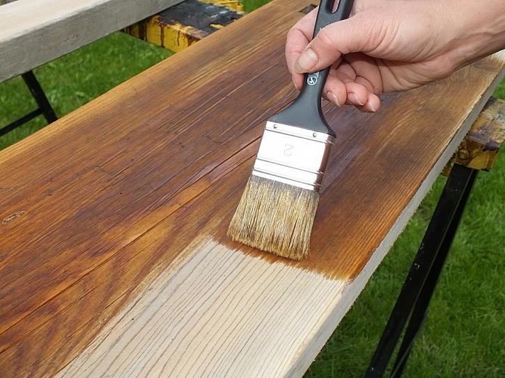 Již při broušení dřeva bychom měli mít jasno v tom, jaký materiál použijeme pro povrchovou úpravu