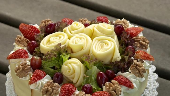 Recept na sýrový dort i se sýrovými růžemi