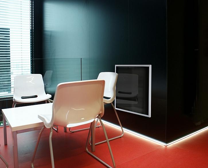 Skleněné panely ECOSUN G kombinují úsporné sálavé vytápění s čistým designem skla a lze je využít v širokém spektru interiérů včetně administrativních prostor.