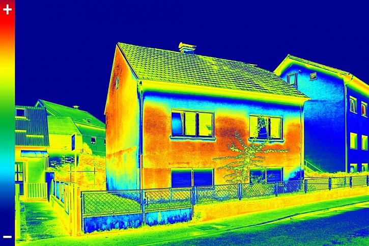 Ukázka termo kamerového snímku, který ukazuje výrazný únik tepla