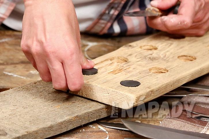 Magnetický držák na nože: do otvorů vložíme magnety a přilepíme je