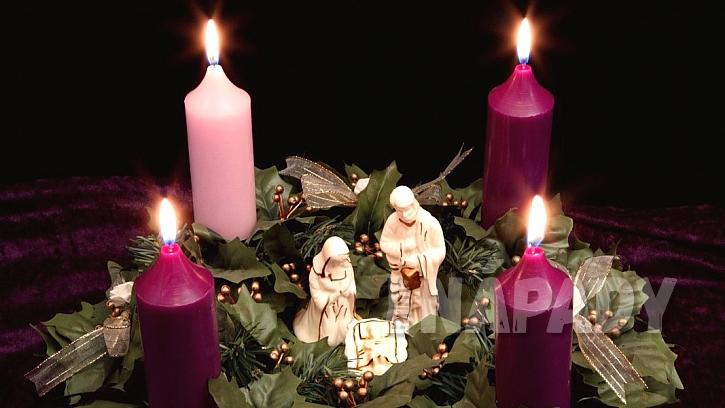 Tradiční adventní věnec: tři svíčky fialová a jedna růžová
