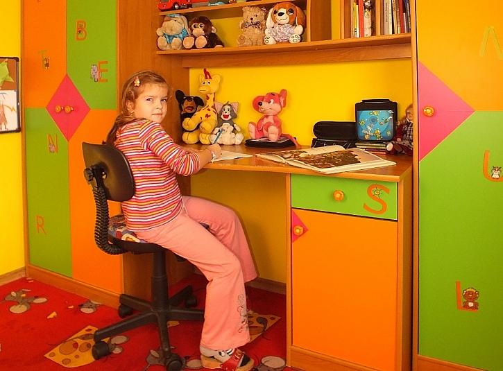 Zdobení dětského nábytku adhezivní fólií