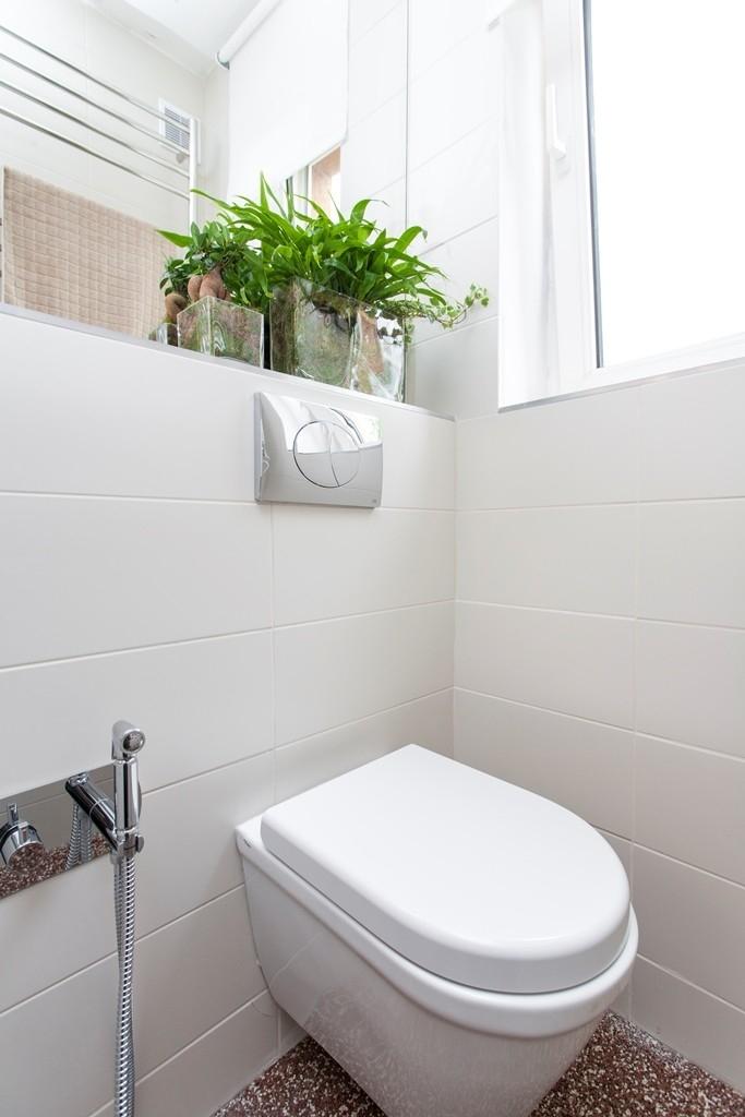 Okolo toalety je víc místa, zmizela zeď, přibyla bidetová sprška