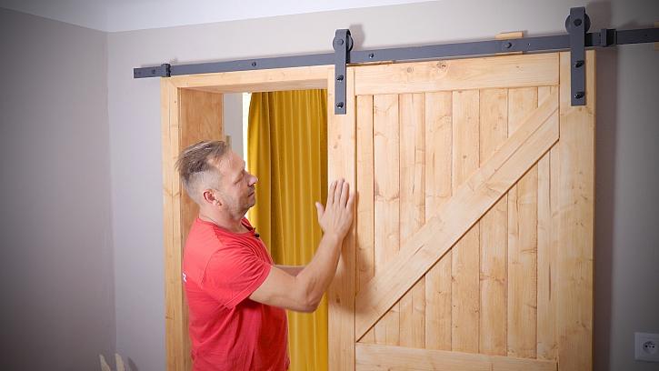 Pepa v Libovkách vyrábí dveře z masivu s pojezdem ve stylu vintage design