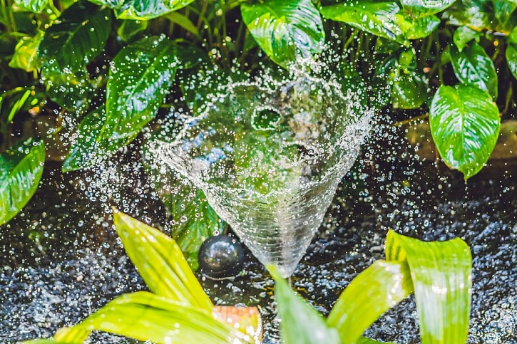 Tryskání podvodní filtrace ve formě fontány