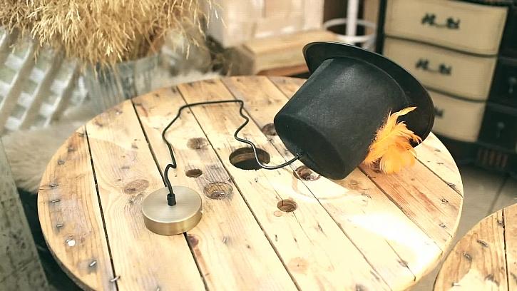 Originální lustr ze starého klobouku