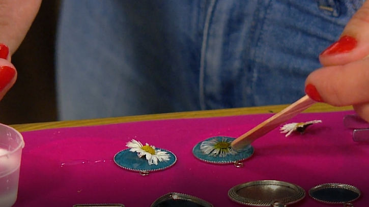 Květiny zalité v křišťálové pryskyřici: Letní šperky s neuvadající krásou