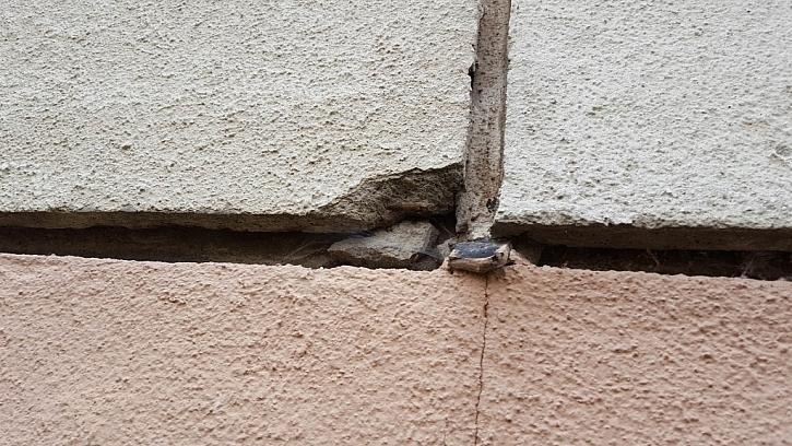 Detail degradovaného rohu panelu.