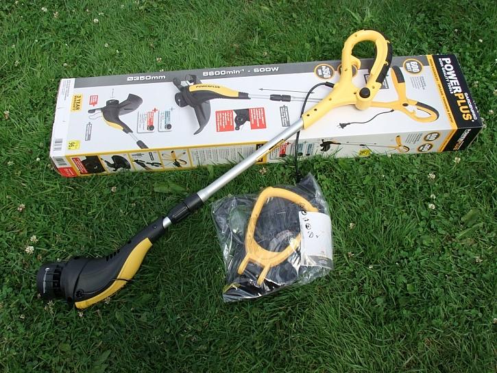Vyžínač Power Plus zvládne odstranit trávu kolem plotu i ve špatně přístupném terénu
