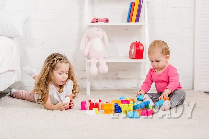 Dětské hraní na koberci