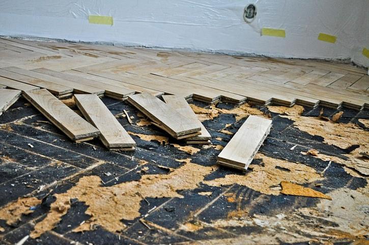 Pokud je nutné renovovat podklad, musí se celá podlaha vytrhat