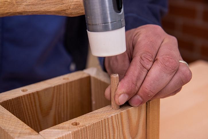 Zatlučení dřevěných kolíků