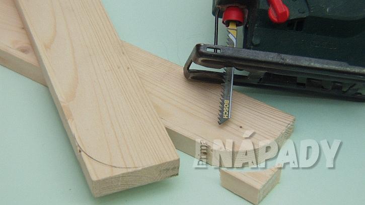Jak vyrobit poličku na zábradlí: zakulacení vyřízneme pilkou
