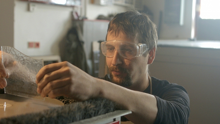 Jan brousí hranu skla