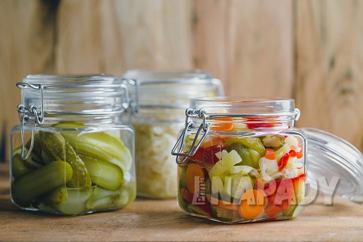 Nakládaná zelenina ve sklenicích
