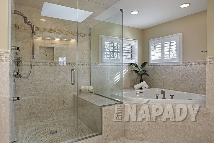 Moderní koupelna se sprchovým koutem a rohovou vanou