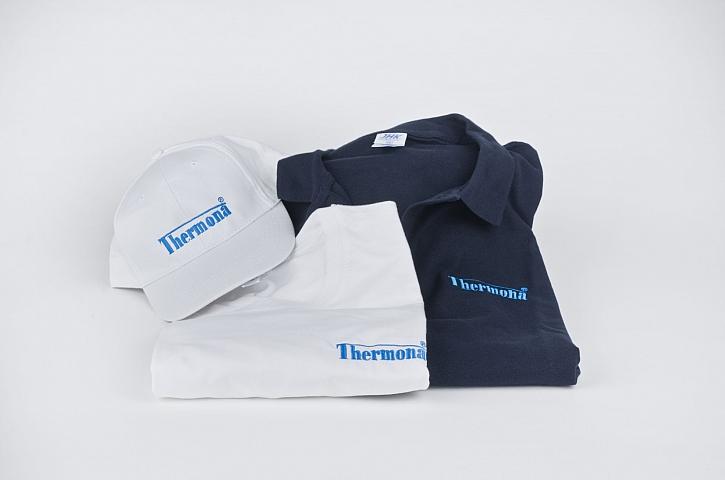Modrá polokošile, bílé tričko, baseballová čepice bílá
