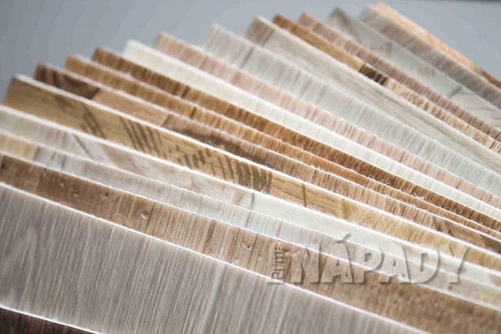Vinylové podlahy věrně imitují dřevo či dlažbu