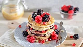 Snídaně do postele: palačinkový dort sovocem