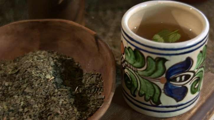 Jakou rostlinou si můžete osladit čaj bez přidaného umělého cukru?