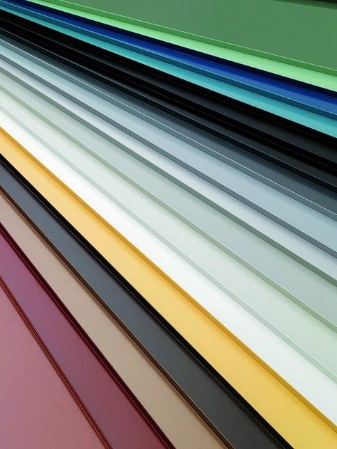 Široká barevná škála drážkované střešní krytiny Lindab Seamline.